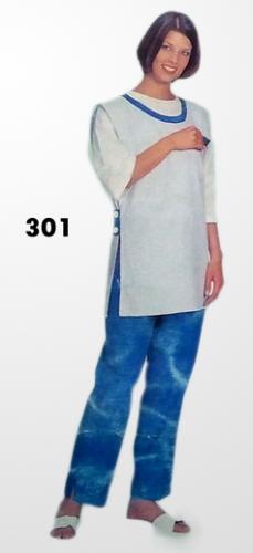 Női köpeny HT301 fehér színű, oldalt gombos, gallér nélküli bebújós modell.